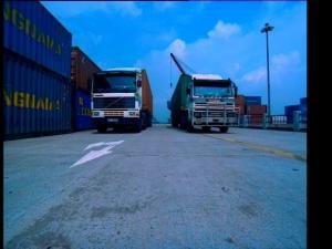 码头装卸集装箱之货车运送集装箱