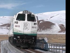 青藏铁路-平原上奔驰的火车
