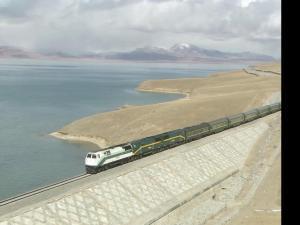 青藏铁路-河堤上奔驰的火车