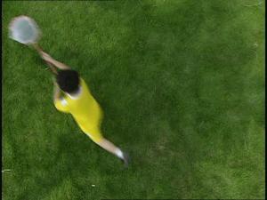 草地上男孩捉蝴蝶