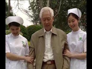 护士搀扶病人