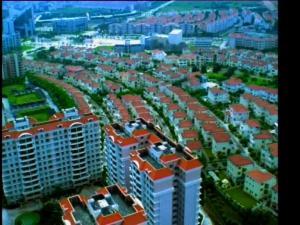 航拍城市统一红顶建筑