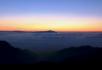 日出 山顶上的云雾