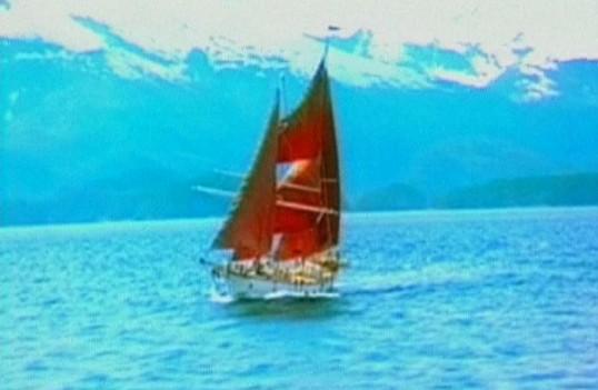 一艘航行中的帆船海浪