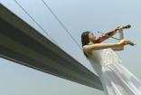 大桥少女拉琴