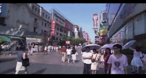 步行街购物的行人