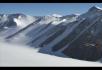 飞机在雪山起飞飞行