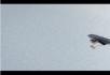 飞机在雪地上慢速飞行